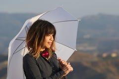 Mujer joven con el paraguas blanco Imagen de archivo libre de regalías