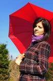Mujer joven con el paraguas rojo Fotos de archivo libres de regalías