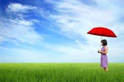 Mujer joven con el paraguas rojo Foto de archivo libre de regalías