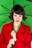 Mujer joven con el paraguas verde imagen de archivo