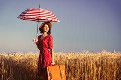 Mujer joven con el paraguas y la maleta foto de archivo libre de regalías