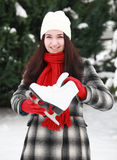 Mujer joven con el patín de hielo en el invierno al aire libre Imagen de archivo