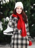 Mujer joven con el patín de hielo en el invierno al aire libre Fotos de archivo libres de regalías