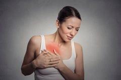 Mujer joven con el pecho conmovedor del dolor del pecho Foto de archivo libre de regalías