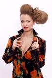 Mujer joven con el peinado aislado Fotos de archivo libres de regalías