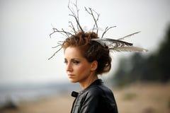Mujer joven con el peinado creativo Fotos de archivo libres de regalías
