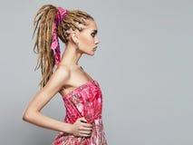 Mujer joven con el peinado de las trenzas Imagen de archivo