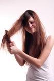 Mujer joven con el peine Imagenes de archivo