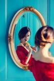 Mujer joven con el peine imagen de archivo