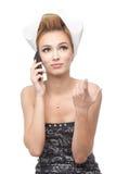 Mujer joven con el pelo en los rodillos, teléfono que habla Fotos de archivo