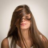 Mujer joven con el pelo ensuciado-para arriba Fotos de archivo libres de regalías