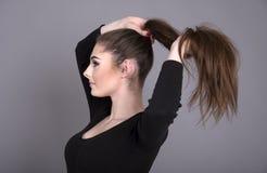 Mujer joven con el pelo largo Fotos de archivo