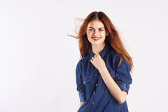 Mujer joven con el pelo largo en un fondo blanco, adolescente, muchacha, espacio en blanco para la copia Fotos de archivo