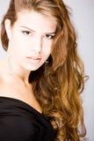 Mujer joven con el pelo largo espléndido rizado Imagen de archivo libre de regalías
