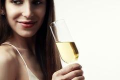 Mujer joven con el pelo largo que celebra con champán flamas Partido, Año Nuevo, concepto de la Navidad Foto de archivo