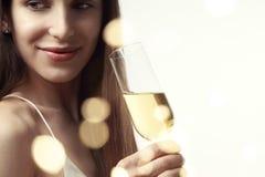 Mujer joven con el pelo largo que celebra con champán flamas Partido, Año Nuevo, concepto de la Navidad Fotografía de archivo libre de regalías