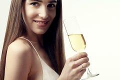 Mujer joven con el pelo largo que celebra con champán Partido, Año Nuevo, concepto de la Navidad Imagen de archivo