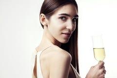 Mujer joven con el pelo largo que celebra con champán Partido, Año Nuevo, concepto de la Navidad Foto de archivo