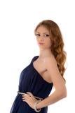 Mujer joven con el pelo largo que presenta en el fondo blanco Foto de archivo
