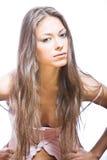 Mujer joven con el pelo largo y la mirada misteriosa Imágenes de archivo libres de regalías