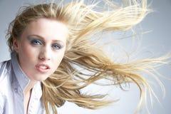 Mujer joven con el pelo que sopla detrás Fotos de archivo libres de regalías