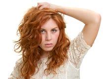Mujer joven con el pelo rojo Foto de archivo libre de regalías