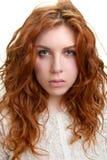 Mujer joven con el pelo rojo Imagenes de archivo