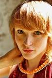 Mujer joven con el pelo rojo Imagen de archivo