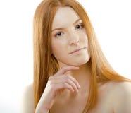 Mujer joven con el pelo rojo del vuelo, muchacha fresca del pelirrojo de la belleza del balneario del jengibre divertido aislada  Foto de archivo libre de regalías