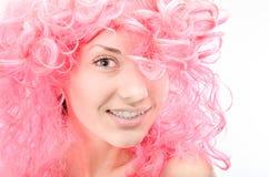 Mujer joven con el pelo rosado Fotos de archivo