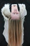 Mujer joven con el pelo rubio largo Fotos de archivo libres de regalías