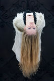 Mujer joven con el pelo rubio largo Foto de archivo