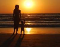 Mujer joven con el pequeño niño foto de archivo