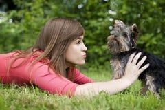 Mujer joven con el perrito lindo Foto de archivo libre de regalías