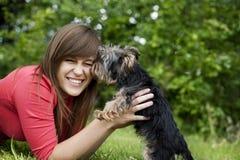 Mujer joven con el perrito lindo Fotografía de archivo libre de regalías