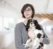 Mujer joven con el perro imagen de archivo libre de regalías