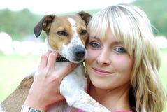 Mujer joven con el perro Imagen de archivo