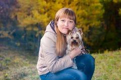 Mujer joven con el perro Fotografía de archivo libre de regalías