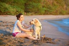Mujer joven con el perro de Labrador Imágenes de archivo libres de regalías