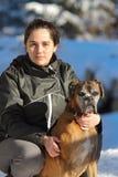 Mujer joven con el perro del boxeador Fotos de archivo libres de regalías