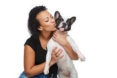 Mujer joven con el perro del dogo francés Fotos de archivo
