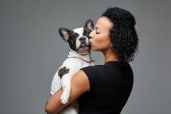 Mujer joven con el perro del dogo francés Imagen de archivo libre de regalías