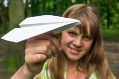 Mujer joven con el plano de papel Imagen de archivo libre de regalías
