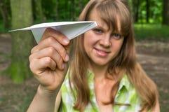 Mujer joven con el plano de papel Fotografía de archivo libre de regalías
