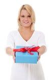 Mujer joven con el presente Foto de archivo libre de regalías