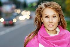 Mujer joven con el primer rosado de la bufanda Fotografía de archivo libre de regalías