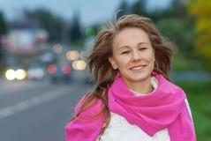 Mujer joven con el primer rosado de la bufanda fotos de archivo libres de regalías