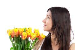 Mujer joven con el ramo amarillo de los tulipanes de flores Foto de archivo