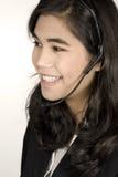 Mujer joven con el receptor de cabeza Foto de archivo