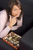 Mujer joven con el rectángulo de chocolates fotografía de archivo